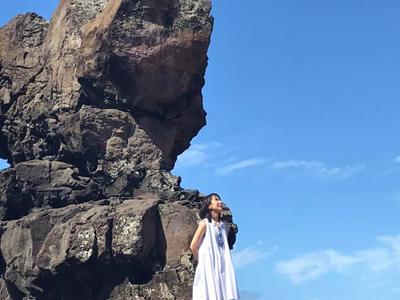 長島綾子 岩の前